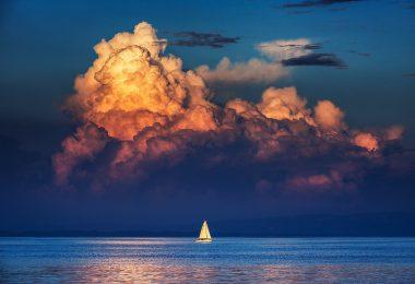 nevihtni oblak nad morjem